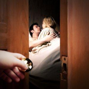 Жена изменяет мужу с соседом
