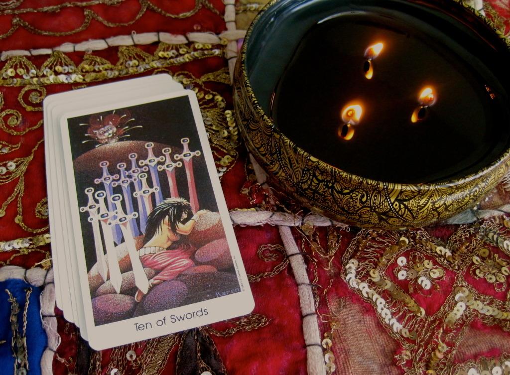 10 Мечей: толкование Аркана, значение в любовных отношениях, работе и финансах, текущей ситуации
