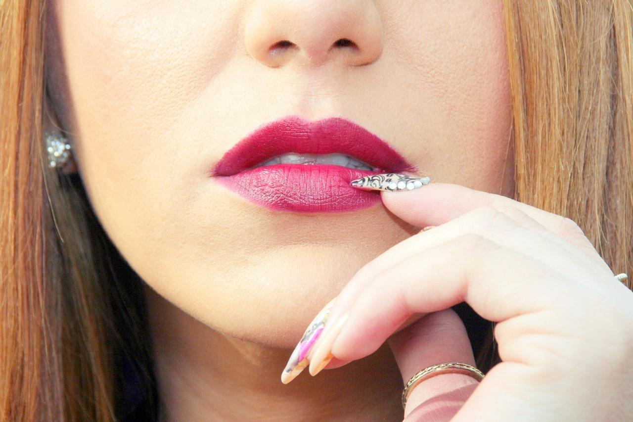 Народные приметы: к чему горят губы у мужчин и женщин