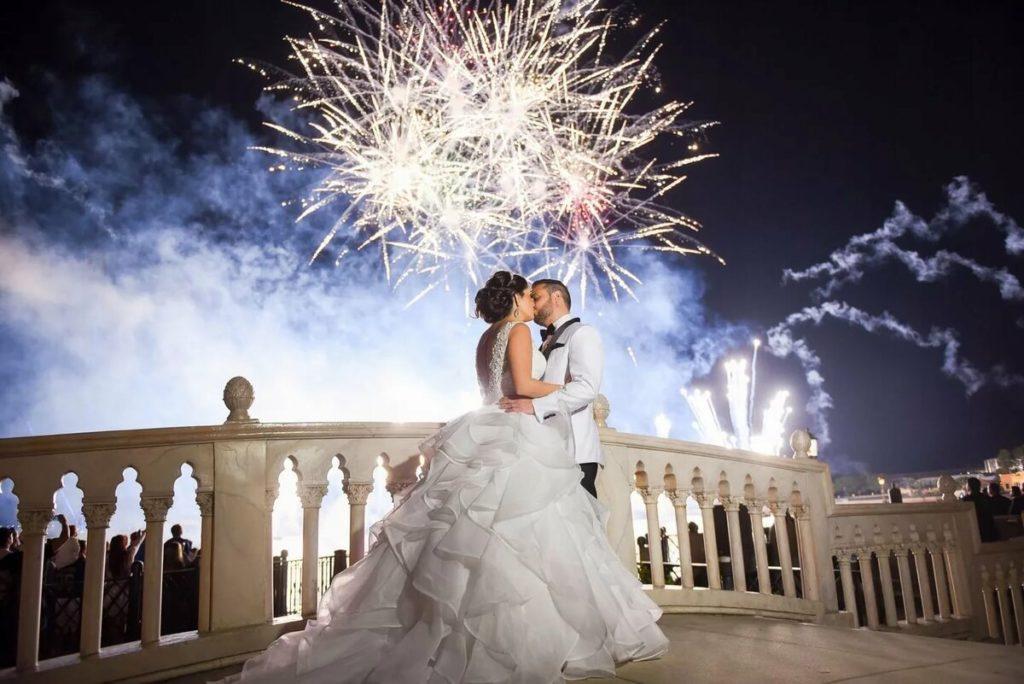 Свадьба и салют
